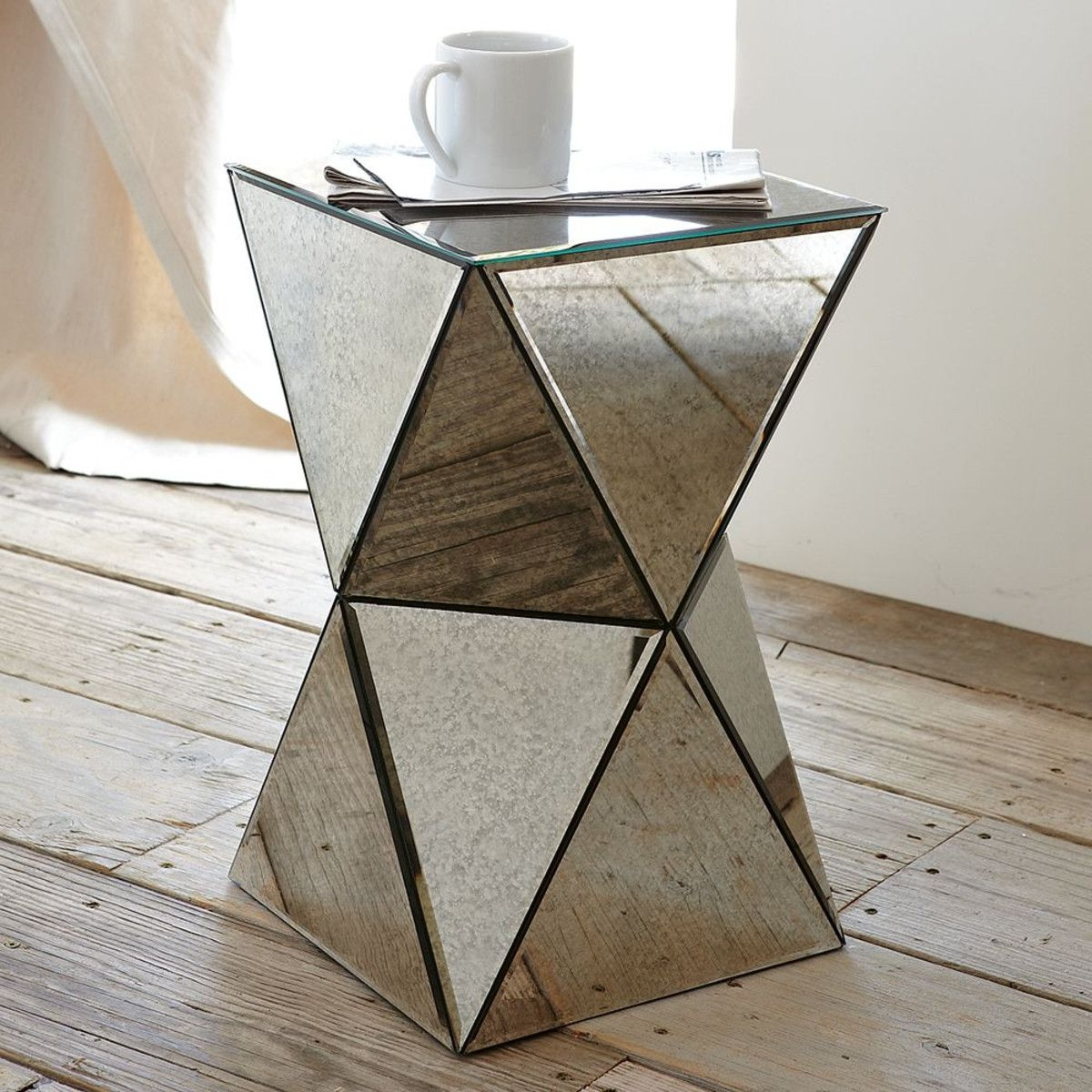 Superbe Mirrored Round End Table