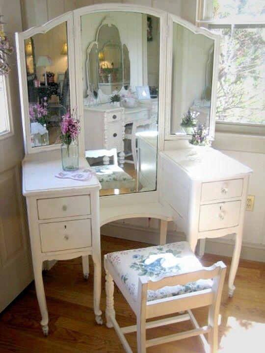 Merveilleux Antique Vanity Table