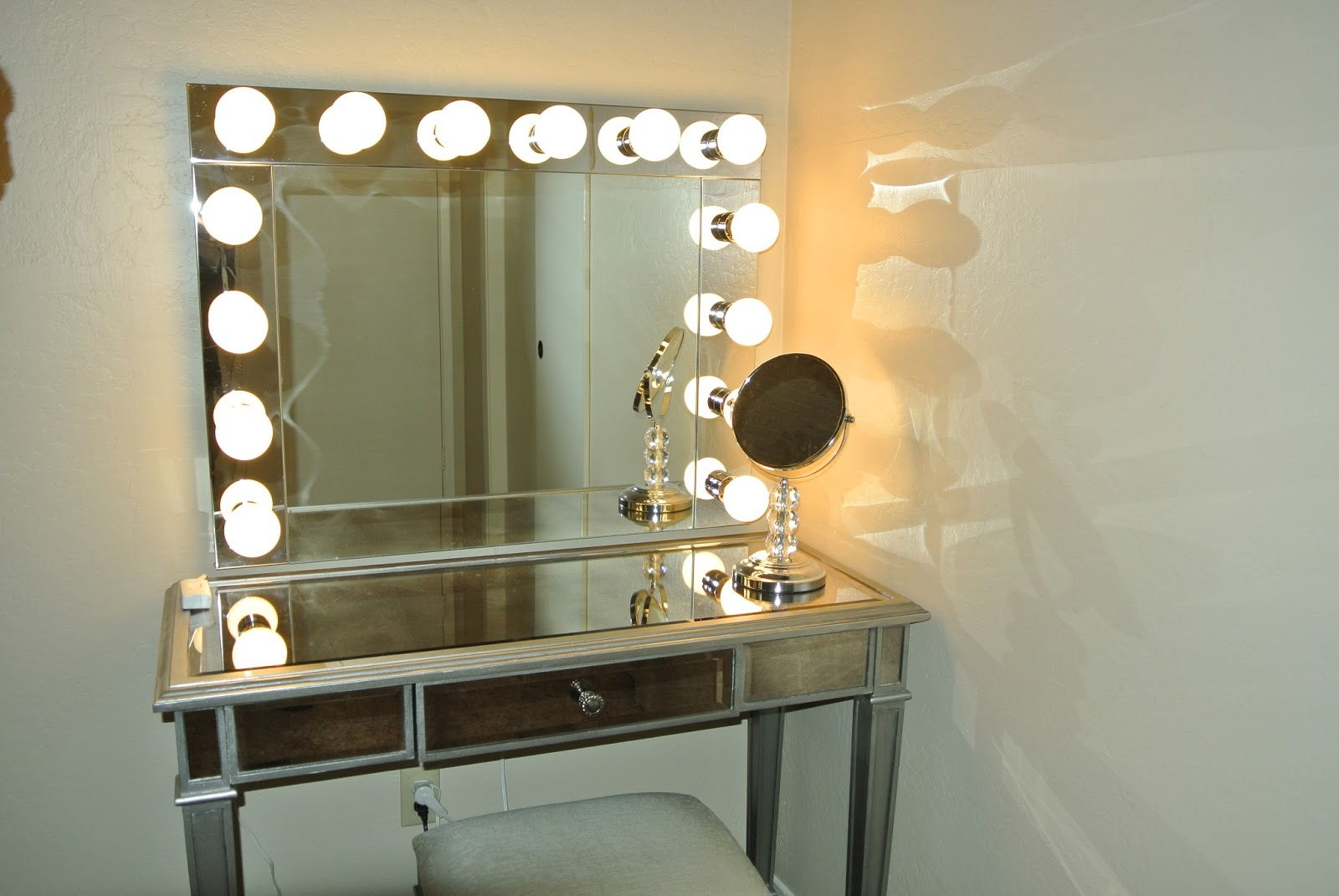 Superieur Lighted Vanity Table With Mirror And Bench