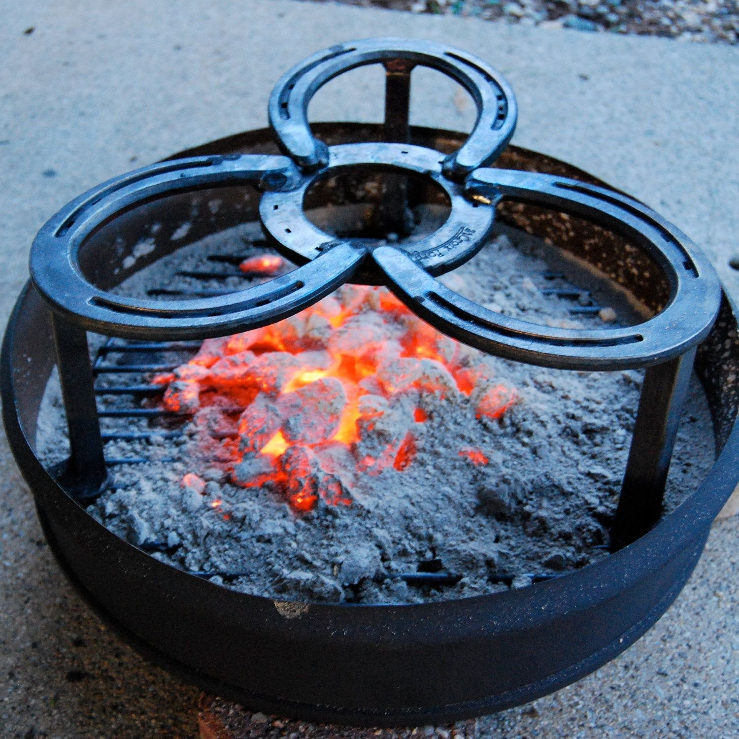 Camping trivet stand for dutch oven