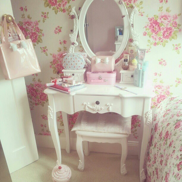 Charmant Little Girl Vanity Table 1