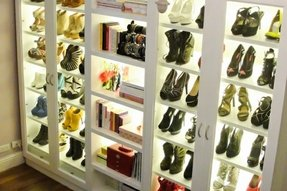 Shoe rack enclosed
