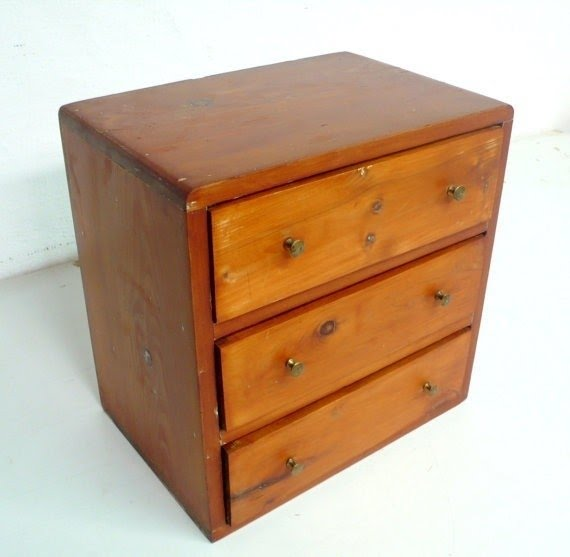 Charmant Vintage Small Wooden Cabinet With