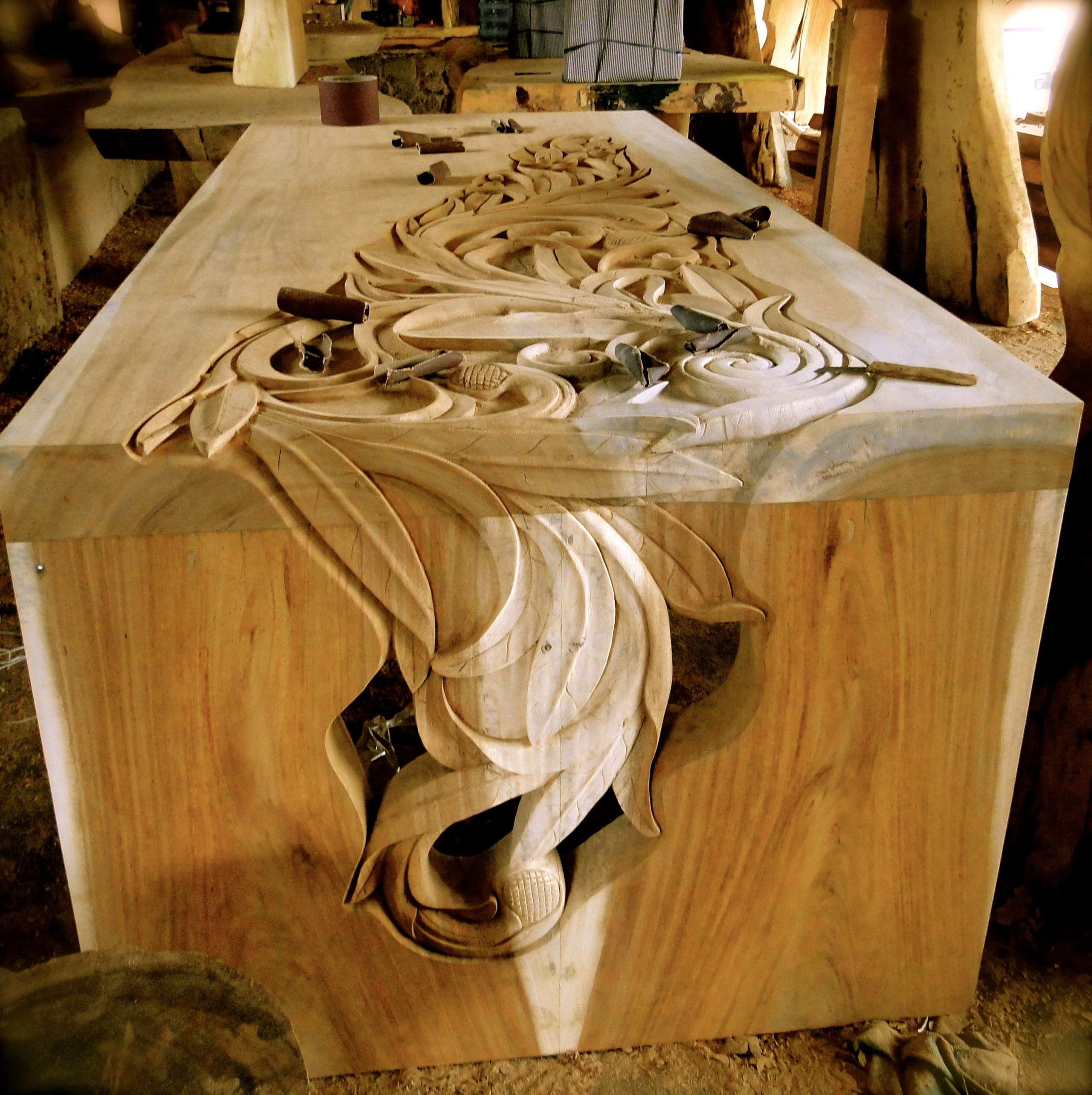 Incroyable Antique Hand Carved Furniture