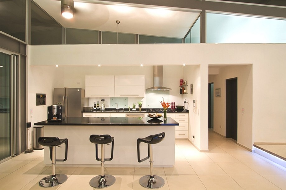 Merveilleux Modern Kitchen And Mini Bars At Modern Hill House Design