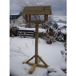Freestanding bird feeder